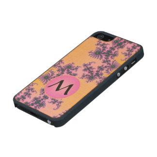 Arabesque del fractal con el monograma rosado en funda de arce carved® para iPhone 5