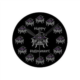 Araña adorable de Halloween que lleva un gorra de Reloj Redondo Mediano