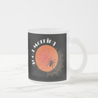 Araña de cruz en la red con alba taza de café esmerilada