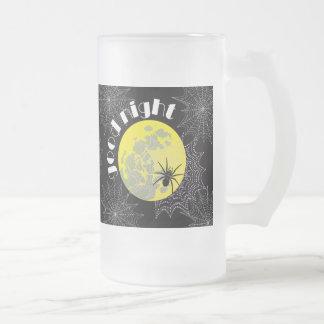 Araña de cruz en la red con luna llena jarra de cerveza esmerilada