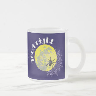 Araña de cruz en la red con luna llena taza de café esmerilada