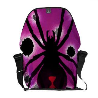 Araña de la viuda negra en púrpura bolsa de mensajería