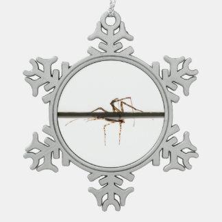 Araña en el agua adorno de peltre en forma de copo de nieve