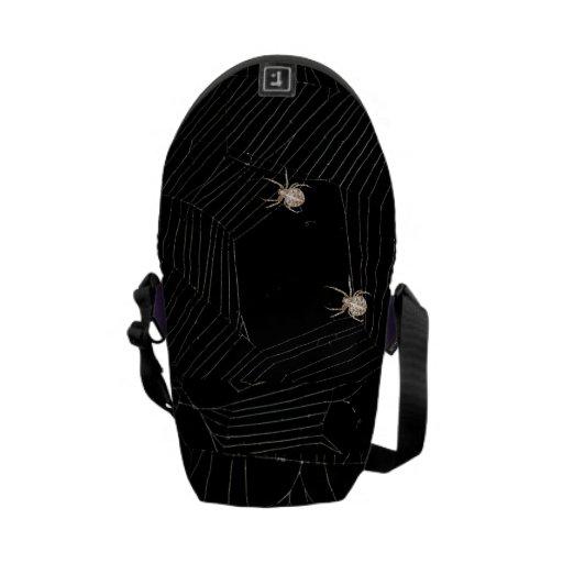 Araña en una bolsa de mensajero del tamaño de las  bolsa de mensajeria