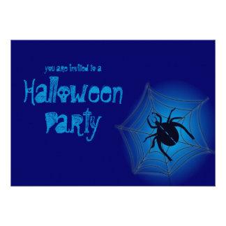 Araña grande en la invitación azul del fiesta de H