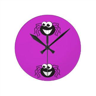 Araña linda del dibujo animado reloj redondo mediano