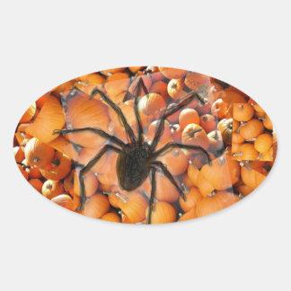 Araña que se arrastra en las calabazas pegatina ovalada