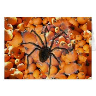 Araña que se arrastra en las calabazas tarjeta de felicitación