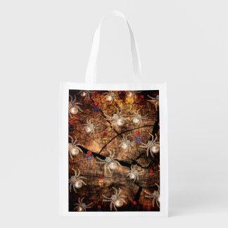 Arañas en tocón de árbol bolsas de la compra