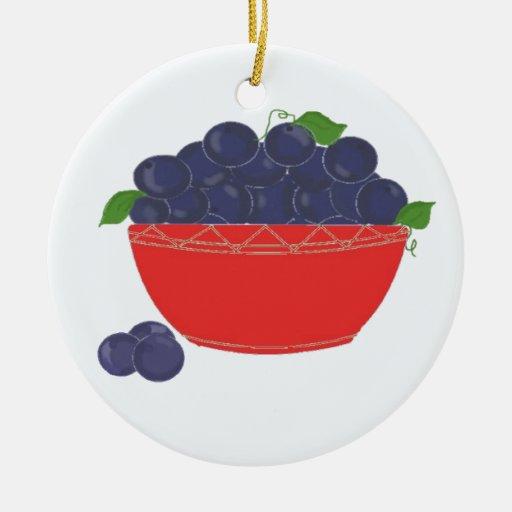 Arándanos en un plato rojo adorno navideño redondo de cerámica