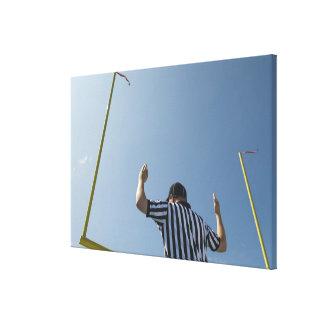 Árbitro del fútbol que llama tiro de campo impresión en lona