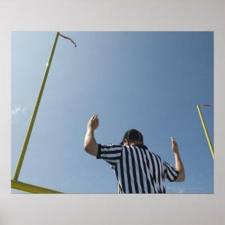 Árbitro del fútbol que llama tiro de campo póster