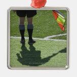 Árbitro del fútbol que sostiene la bandera ornaments para arbol de navidad