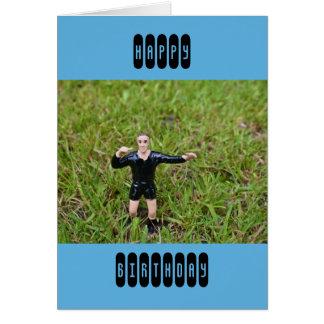Árbitro plástico en una tarjeta del fútbol del par