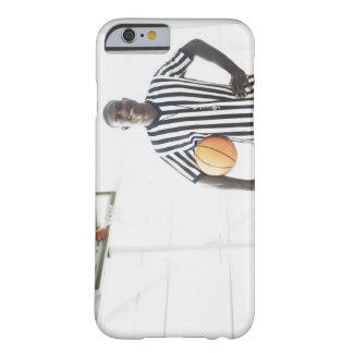 Árbitro que lleva a cabo baloncesto en corte funda barely there iPhone 6