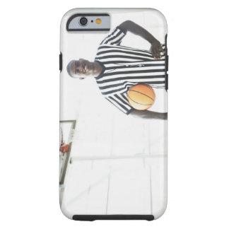 Árbitro que lleva a cabo baloncesto en corte funda resistente iPhone 6