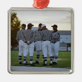 Árbitros del fútbol americano que hablan en campo adorno navideño cuadrado de metal