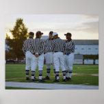 Árbitros del fútbol americano que hablan en campo posters