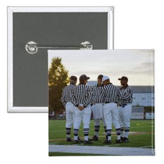 Árbitros del fútbol americano que hablan en campo pin cuadrado