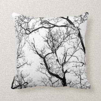 árbol abstracto blanco negro al aire libre o cojín decorativo