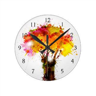 Árbol abstracto del otoño que forma por las reloj redondo mediano