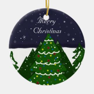 Árbol adornado que brilla en una noche del adorno navideño redondo de cerámica
