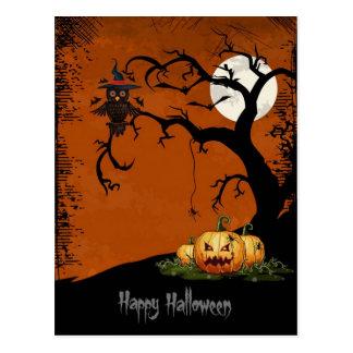 Árbol asustadizo de Halloween con las calabazas Postal