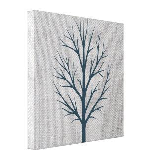 Árbol azul del invierno en la arpillera gris lona estirada galerías
