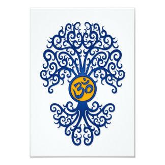 """Árbol azul y amarillo de OM de la yoga en blanco Invitación 3.5"""" X 5"""""""