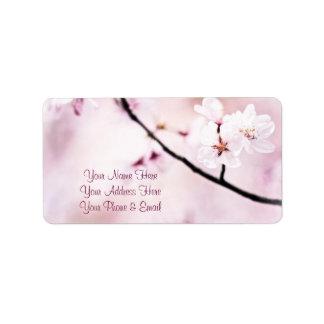 Árbol blanco de la sol de las flores de cerezo ros etiqueta de dirección
