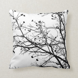 Árbol blanco y negro del invierno cojín decorativo
