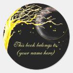 Árbol, brillando intensamente con las luciérnagas etiqueta redonda