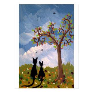 Árbol caprichoso y gatos negros postales