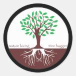 Árbol cariñoso Hugger de la naturaleza Pegatina Redonda