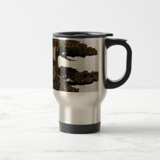 Árbol chino de los bonsais del enebro taza de café