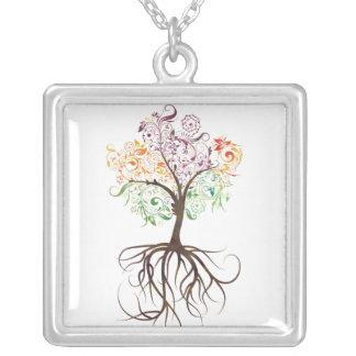 Árbol colorido con el collar de las raíces