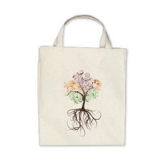 Árbol colorido con la bolsa de asas orgánica de la
