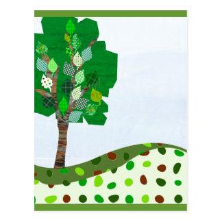 Árbol colorido lindo del remiendo y colinas verdes postal