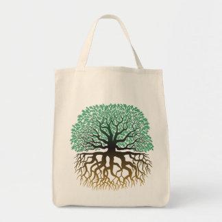 Árbol con el tote del ultramarinos de las raíces bolsas de mano
