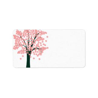 Árbol con la etiqueta rosada de las flores etiqueta de dirección
