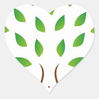 Árbol con la figura delgada que muestra pérdida de pegatina en forma de corazón