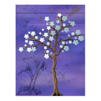 Árbol con las flores en fondo azul postal