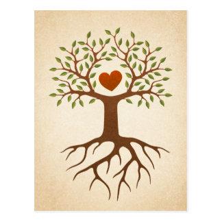 Árbol con las raíces y las ramas que rodean un cor tarjetas postales