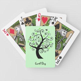 Árbol con los naipes de los pájaros barajas de cartas