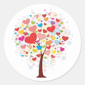 Árbol con los pegatinas en forma de corazón de las pegatina redonda