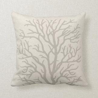 Árbol coralino en gris de color topo almohada
