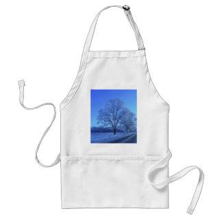 Árbol cubierto en nieve en paisaje estéril delantal