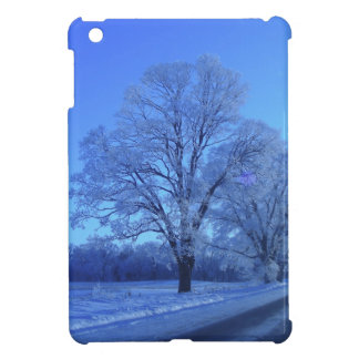 Árbol cubierto en nieve en paisaje estéril