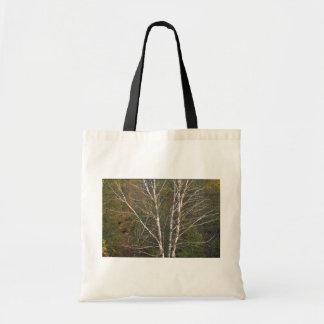 Árbol de abedul blanco abstracto al borde de un ha bolsas de mano