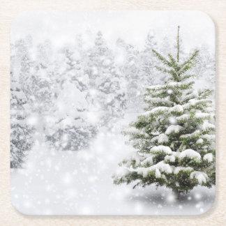 Árbol de abeto en nieve gruesa posavasos desechable cuadrado
